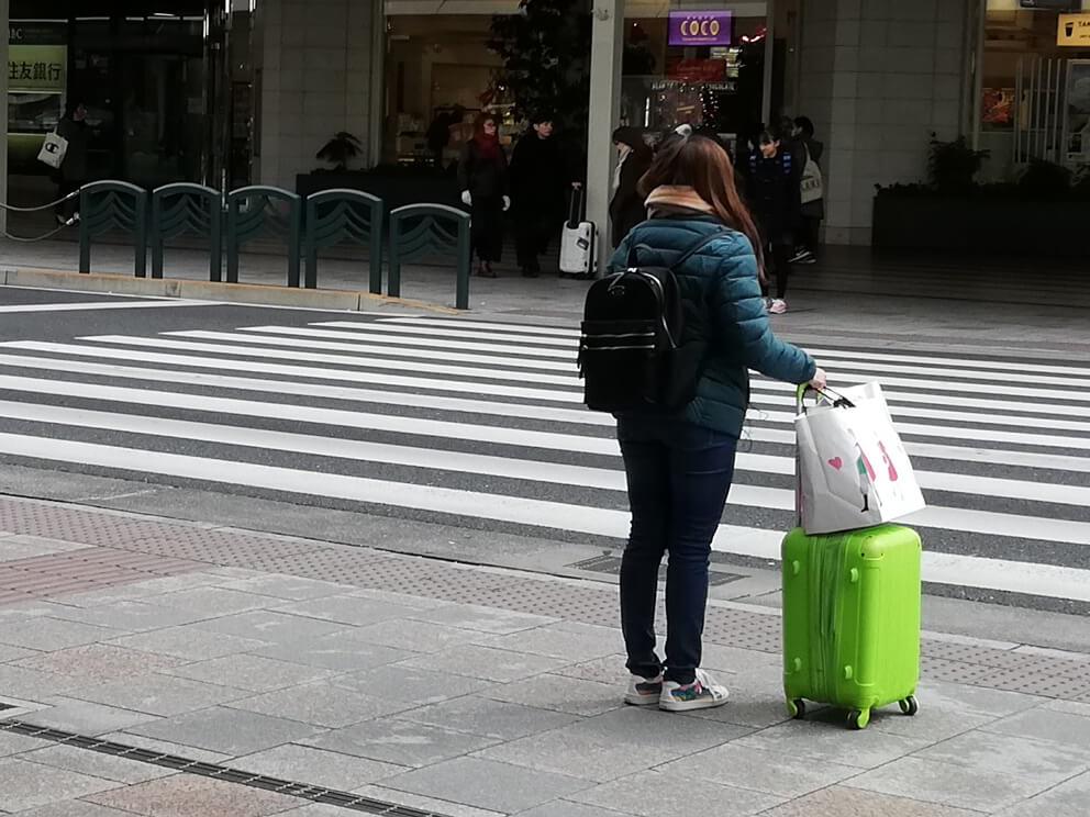 ウーバーイーツ街で見かける緑バッグ
